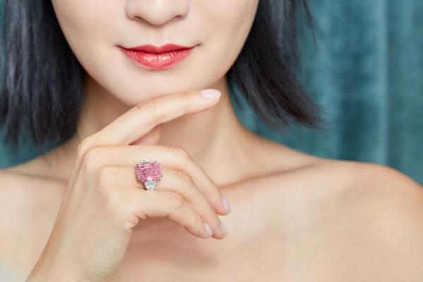 直击2019香港苏富比秋季拍卖现场   霏色艺术珠宝登上翡翠专区封面