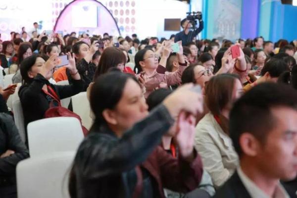 流行美2020春节新品发布,蓝铜胜肽抗蓝光新品引爆全场