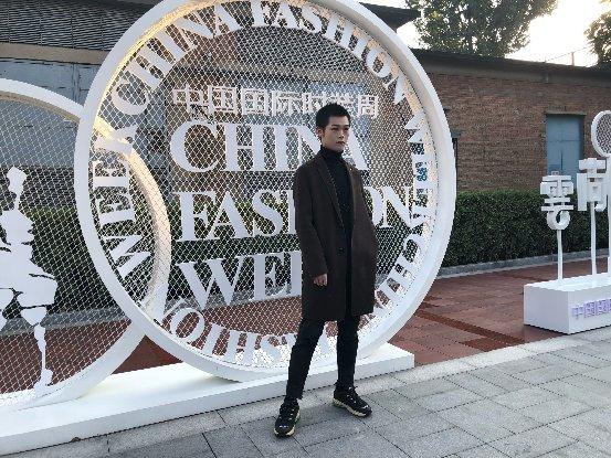 许腾受邀参加中国国际时装周,解锁新人演员更多可能性