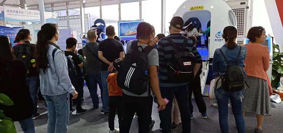 VR体验馆开进阿拉善英雄会,英雄美女玩嗨了!
