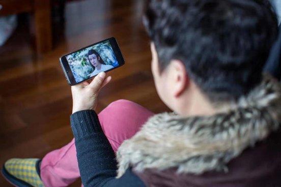 你爸妈还在用你剩下的旧手机吗?他们同龄人都用上了5G