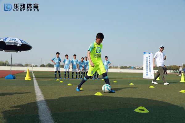 乐动体育教你足球训练营的停传球入门技巧