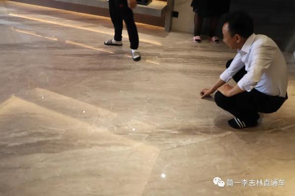 简一董事长李志林验收大理石瓷砖铺贴成品交付工程