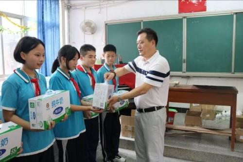 """长富牛奶巴氏鲜奶启动2020年""""中国小康牛奶行动""""爱心助学活动"""
