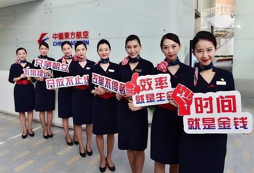 """万米高空祝福经济特区 东航举办""""飞越广东•特区40年""""主题航班活动"""