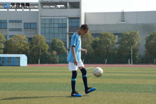 从容处理高空球,乐动体育提高你的竞技水平