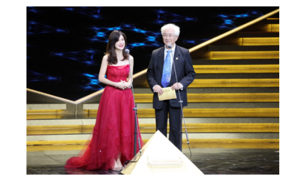 """童蕾亮相第32届""""飞天奖""""任颁奖嘉宾,红衣翩翩气质出众"""