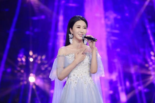 伊丽媛亮相长影节颁奖盛典 《祈愿》明天传递希望