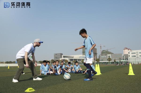 足球训练能锻炼青少年的大脑,乐动体育增强学员攻防意识