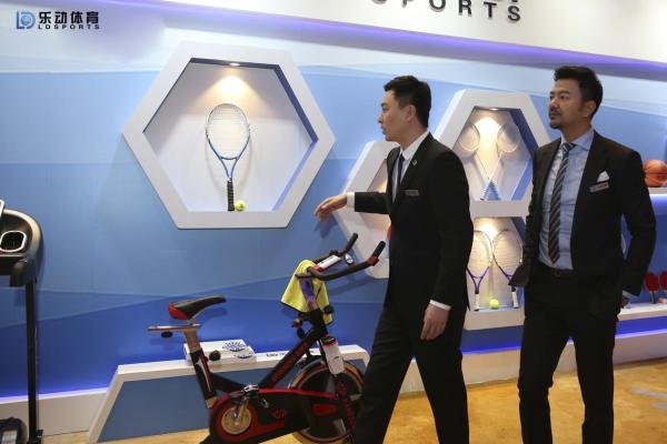 乐动商场推出风格新赛季联赛球衣,职业装备诠释高科技