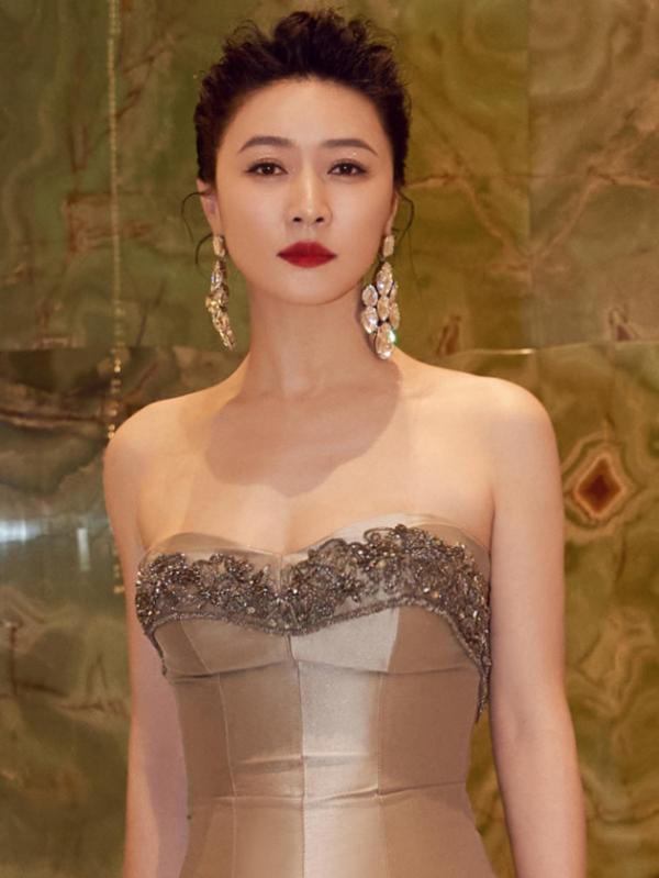 田海蓉第27届华鼎奖颁发最佳男主角奖 典雅高贵美艳红毯