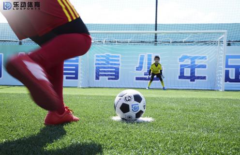 乐动体育认为足球水平提高,裁判水平也迫切需要提高