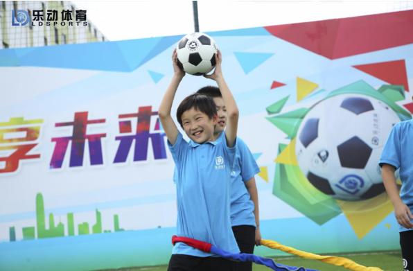 训练孩子腰腹力量,乐动体育让家长的陪伴成为成长的动力