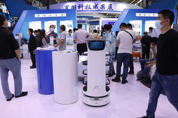 华为数字讲解员——贝叶斯智能服务机器人亮相2020高交会