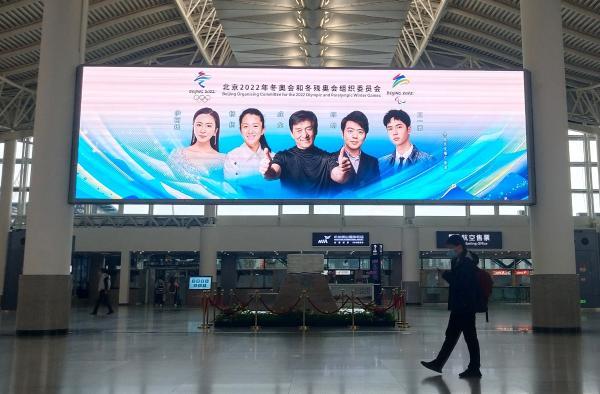"""成龙、伊丽媛、王一博等""""霸屏""""全国机场推广冬奥文化不NG"""
