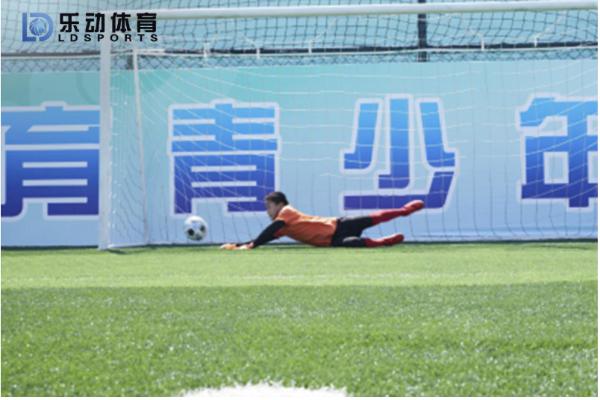 乐动体育冬季足球训练营,开展守门员专项训练