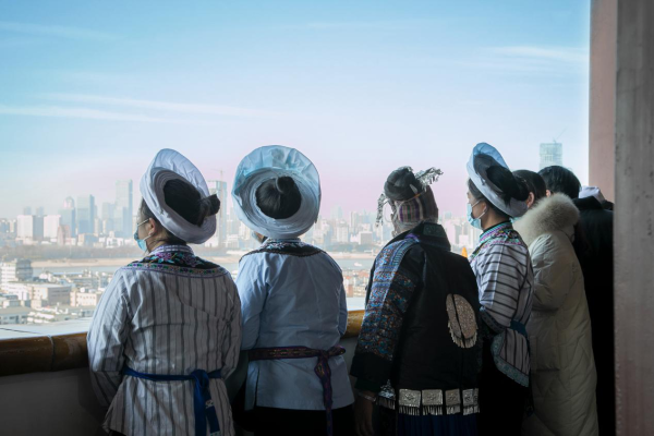 绣梦中国·时尚武汉 依文携手各民族手艺人,带给武汉2021最美的开篇