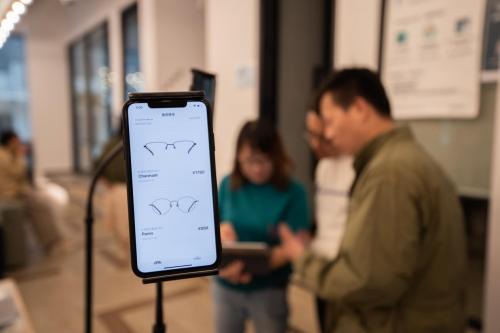 AI+AR科技改变传统配镜模式,线上选框成为新潮流