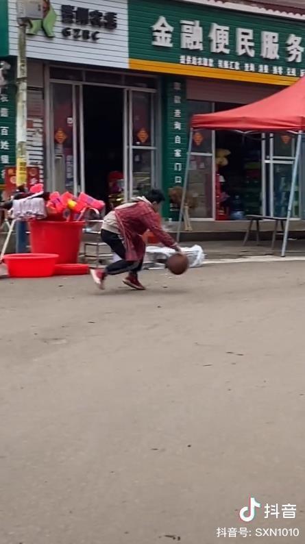 抖音摆摊少年打篮球视频走红,获人民日报点赞