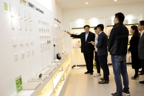 中国中小企业协会会长李子彬一行参观酷派智能