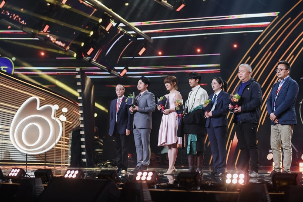 微博之夜群星璀璨 李自凯李佳琪简子豪获年度最佳热辣人物称号