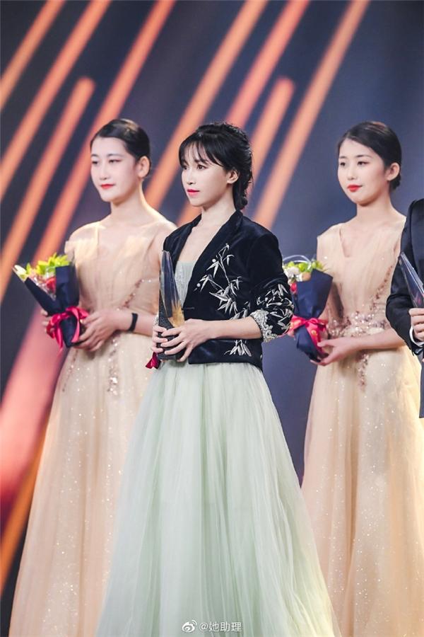 微博之夜群星璀璨,李子柒李佳琦简自豪获年度热点人物称号