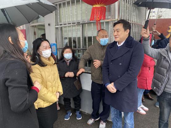 献爱心 传递温暖上海台协浦东工作委员会主席、永和豆奶董事长林剑雄安慰养老院