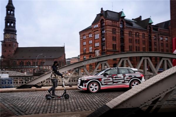 与奥迪Q4 e-tron配一脸 九号公司和奥迪合作款电动滑板车亮相