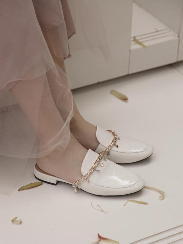 2021爆款春夏穿搭,穆勒拖展现新时代自信女性的时尚活力