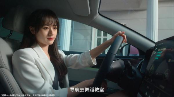 """袁冰妍成明星车主 一起get袁冰妍身后的""""粉汉柔情"""""""