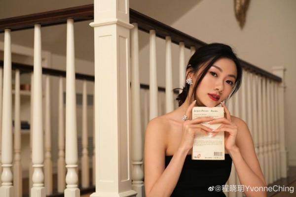 程晓玥背地里都在用什么保养?梳妆台C位竟是雅萌美容仪!