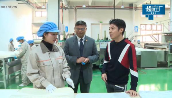央视网探访《斯柔菲超级工厂》,撒贝宁解码高端乳胶寝具品牌赛道突围之路