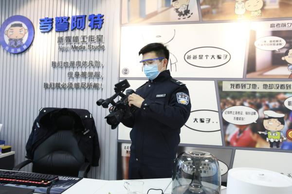 """95后民警抖音拍真实抓捕罪犯故事,""""抓粉丝""""短视频斩获千万粉丝"""