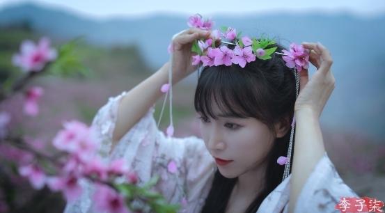 李子柒新作桃花发冠惊艳亮相,最后一幕让网友赞不绝口
