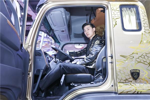 围观这款男人卡车的人 7成都是已婚女神