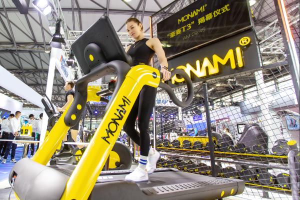 """直击2021 IWF巍得健身现场:法国MONAMI®麦纳力AKIRA系列三代跑步机""""豪麦""""惊艳问世!"""
