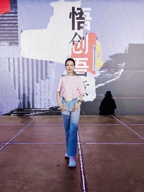 周波受邀参加李宁21秋冬潮流发布会肖战新造型云走秀