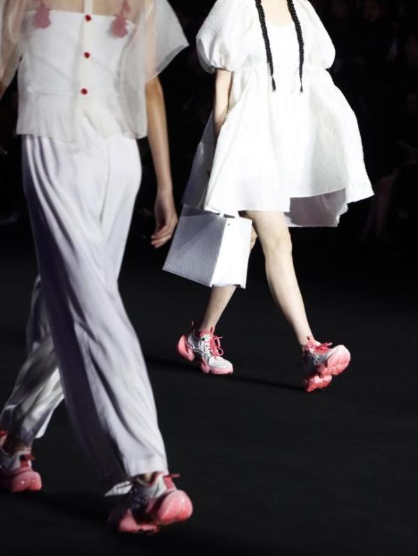 OGR万物皆「RONG」系列亮相上海时装周,先锋时尚概念受人瞩目