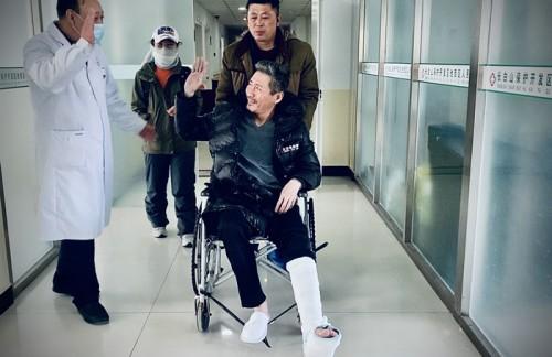 """""""元芳""""扮演者——著名演员张子健拍摄新戏不慎受伤 为高度还原""""靖宇精神""""决定带伤返组拍摄"""