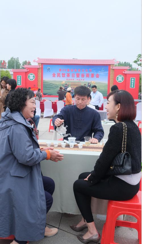 总岛主相隔十年重游南湾湖,应邀与游客共饮交杯茶