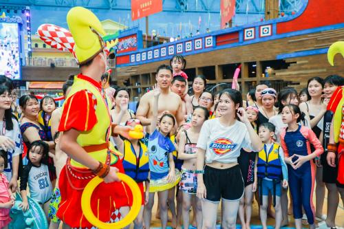 """广州融创水世界焕新开园 引领玩水""""微度假""""风潮"""