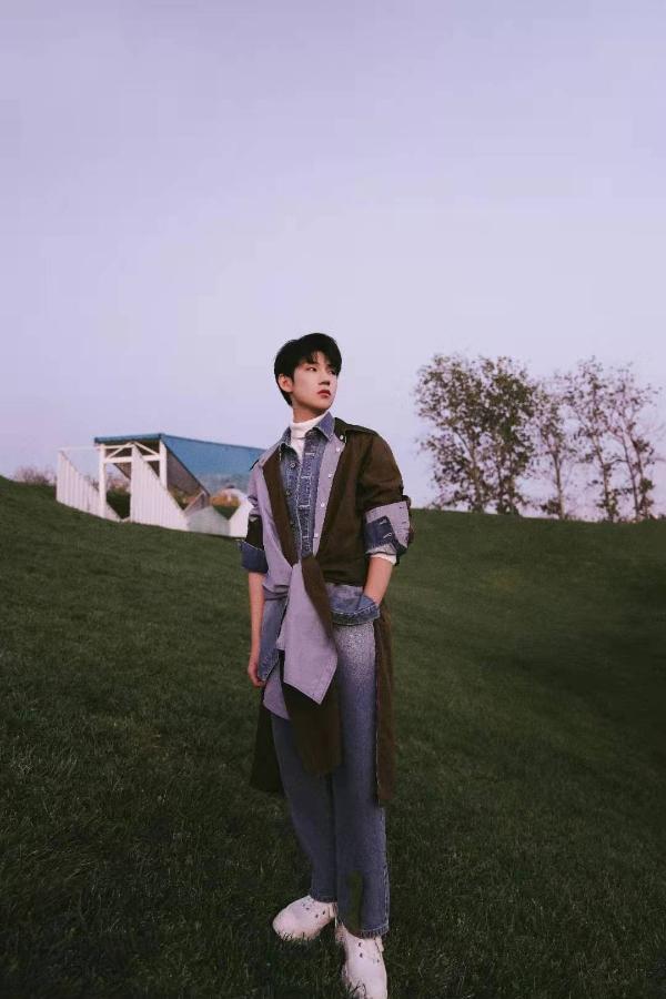 杜天宇最新时尚大片曝光 复古牛仔风尽显别样时尚