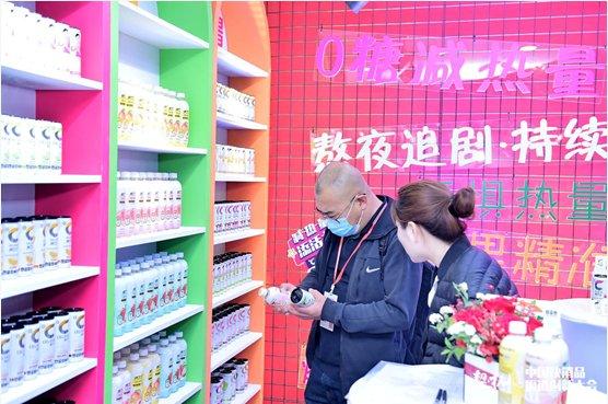"""0糖饮料新价值倡导品牌""""CELSIUS燃力士""""亮相中国快消品大会,赋予价值""""的品牌理念带到了会场,                                                        <sup dir="""