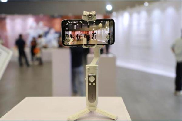 专注用户式创新,浩瀚卓越推出全平台跟拍手机稳定器