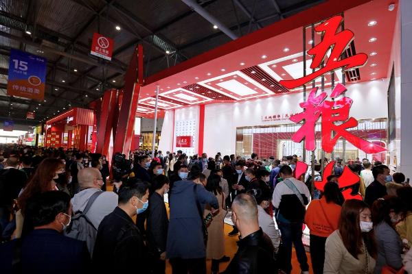 """以""""中国红""""为背景的五粮液展台 都有哪些吸引客商的参展产品?"""