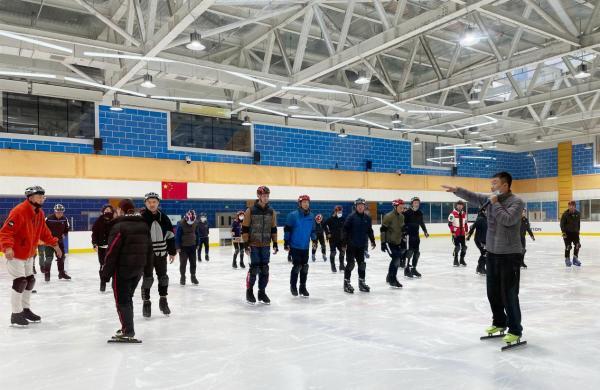 发展全面教育,隋宝库现场教导滑冰实践课