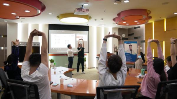 黄耿沛主任带领深圳龙脊康医生团队为腾讯CSIG团队带来脊椎健康讲座