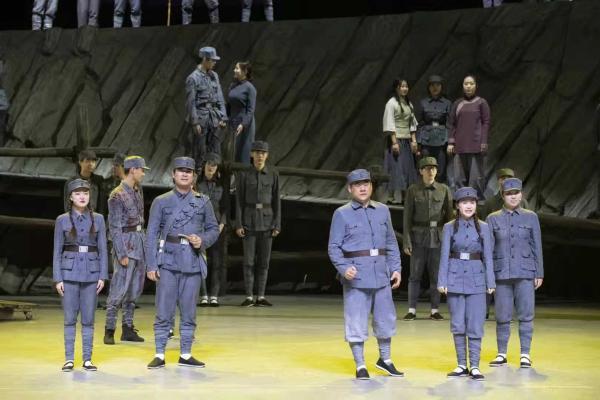 延边大学原创民族歌舞剧《郑律成》在延吉市阿里郎剧场首演