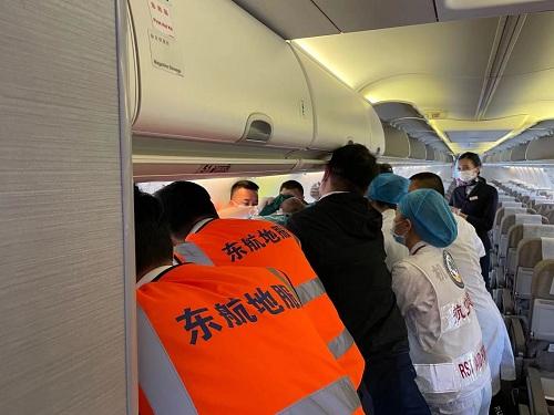 东航执飞首架运送灾区伤员航班顺利抵昆