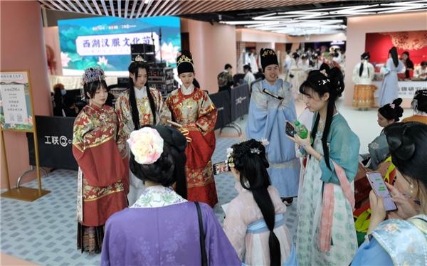 西湖汉服文化节揭幕,大量爱好者跨城体验古人生活